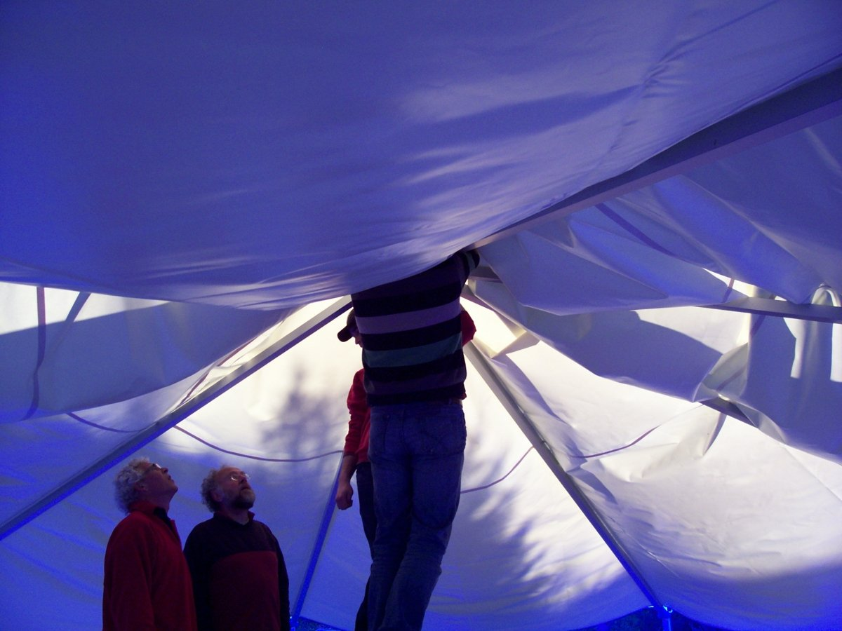 Many helping hands ... e.g. for putting up tha meditation tent.