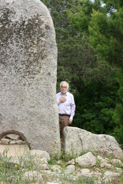 Walter Amin Häge mediiert mit einer Wasserprobe in der Hand an einem Kraftort auf Sardinien.