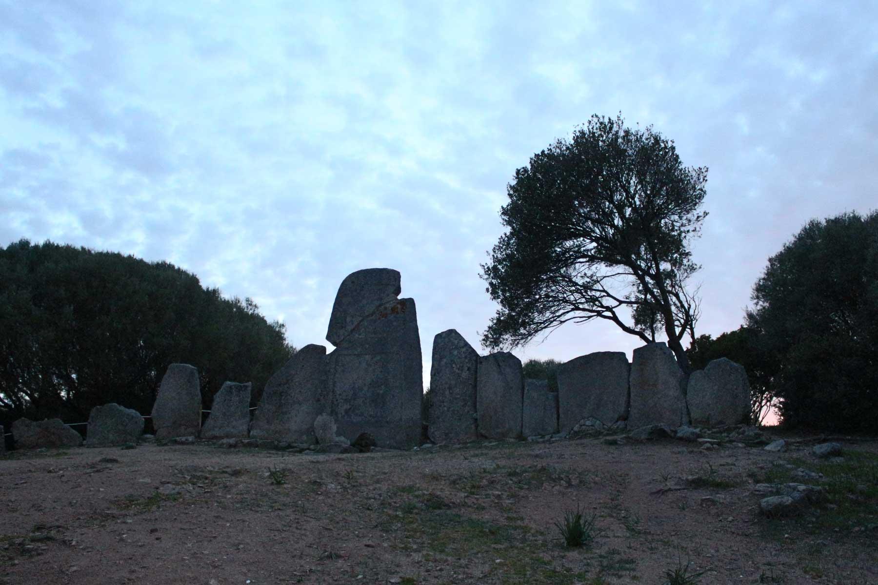 Seit Urzeiten begeben sich Sarden und heute auch andere Menschen an Gigantengräber, Orte der Kraft und der Heilung.