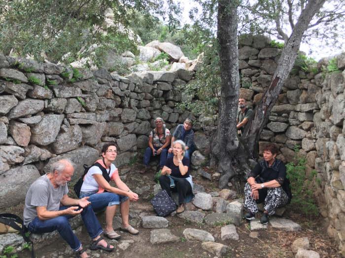 Unsere Gruppe Seminar Cala Jami Suficamp Sardinien mit Amin Häge beim Ausflug zum Tempietto